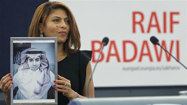 إنصاف حيدر تتسلّم جائزة سخاروف نيابة عن زوجها رائف بدوي/Vincent Kessler / Reuters