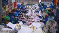 عمّال في مركز فرز النفايات في مدينة ادمنتون/Radio-Canada