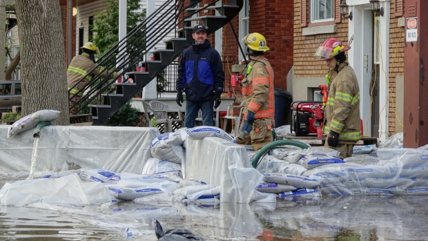 الشرطة وأجهزة الاطفاء تساعد المواطنين في مناطق كيبيك التي اجتاحتها الفيضانات/Simon-Marc Charron/Radio-Canada