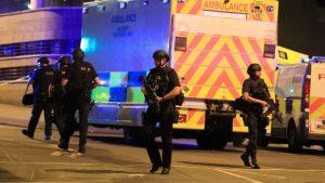 عناصر من الشرطة البريطانيّة انتشروا بسلاحهم في محيط قاعة مانشستر للحفلات التي استهدفها هجوم انتحاريّ/(Peter Byrne/Associated Press)