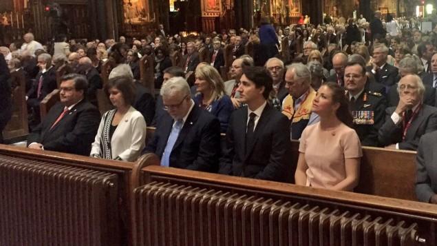 من اليمين: صوفي غريغوار ترودو, رئيس الحكومة الكنديّة جوستان ترودو، رئيس حكومة كيبيك فيليب كويار وشانتال رونو كودير وعمدة مونتريال دوني كودير يحضرون القدّاس الالهيّ في كاتدرائيّة نوتر دام/ Radio-Canada/Julie Marceau