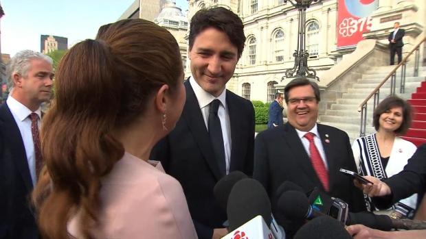 من اليمين: شانتال رونو كودير وعمدة مونتريال دوني كودير ورئيس الحكومة الكنديّة جوستان ترودو وصوفي غريغوار ترودو أمام القصر البلديّ/CBC/ هيئة الاذاعة الكنديّة