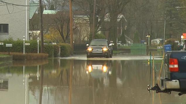 منسوب مياه نهر اوتاوي استمرّ في الارتفاع ليغمر بعض الطرقات/Radio-Canada