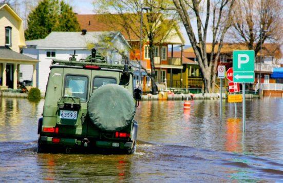 آليّة تابعة للقوّات الكنديّة في أحد شوارع غاتينو التي غمرتها المياه/Stu Mills/CBC/ هيئة الاذاعة الكنديّة