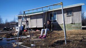طفلة من أبناء السكّان الأصليّين في محميّة اتاوابيسكات في اونتاريو//Nathan Denette/CP