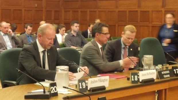 ثلاثة مسؤولين من ثلاثة مصارف كنديّة يتحدّثون في مجلس العموم الكندي/Elizabeth Thompson/CBC/هيئة الاذاعة الكنديّة