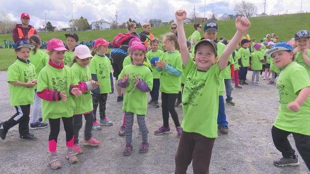 تلاميذ ينتظرون وصول الدرّاجين إلى الاستاد الأولمبي في مونتريال/Radio-Canada/Isabelle Damphousse