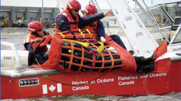 موظّفون في وزارة الصيد والمحيطات الكنديّة في مهمّة إنقاذ/Garde côtière canadienne