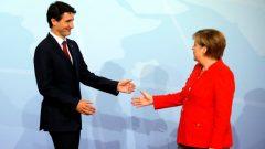 المستشارة الألمانيّة انغيلا ميركل ورئيس الحكومة الكنديّة جوستان ترودو في هامبورغ في 07-07-2017/ Reuters/Carlos Barria