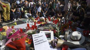 شموع وزهور في موقع الاعتداء في برشلونة/Getty Images/PASCAL GUYOT