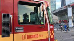 عناصر الاطفاء أمام برج سي أن في تورونتو/Radio-Canada/Michel Bolduc