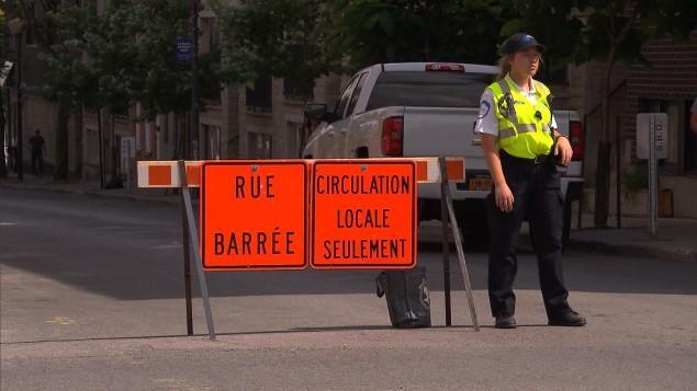 شرطيّة في محيط شارع مقفل في مونتريال خلال سباق الفورمولا إي/Radio-Canada
