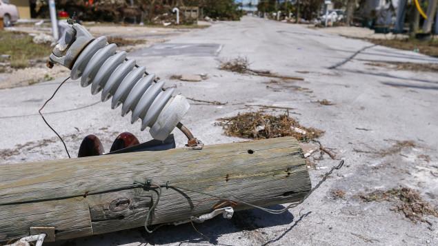 خطوط كهرباء انهارت جرّاء الاعصار ايرما/EPA/Erik S. Lesser