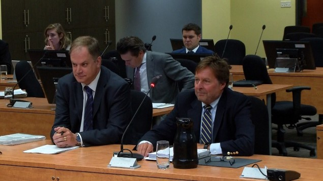 رئيس الاتّحاد المهني للصحافيين الكيبيكيين ستيفان جيرو (إلى اليسار) والمحامي مارك بانتي خلال جلسة لجنة شامبرلان حول المصادر الصحفيّة/Radio-Canada