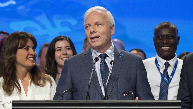 زعيم الحزب الكيبيكي جان فرانسوا ليزيه محاطا بنوّاب حزبه خلال المؤتمر السنوي في مونتريال/Graham Hughes/PC