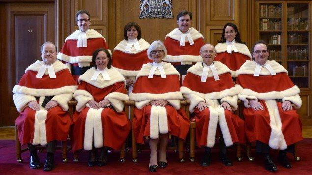 أعضاء محكمة كندا العليا التسعة وبدت في الوسط في الفّ الأمامي رئيسة المحكمة القاضية بيفرلي ماكلاكلين/Radio-Canada