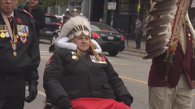 محاربون قدامى من السكّان الأصليّين خلال مراسم يوم الذكرى في فانكوفر/CBC/هيئة الاذاعة الكنديّة