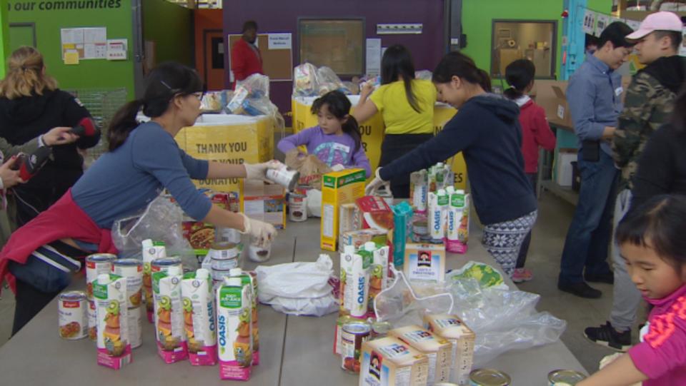 متطوّعون يعملون في أحد بنوك الغذاء في تورونتو/ Radio-Canada