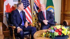 جون هوغن رئيس وزراء بريتيش كولومبيا (إلى اليمين) وحاكم ولاية واشنطن جاي انسلي/John Horgan