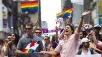 رئيس الحكومة الكنديّة جوستان ترودو (إلى اليمين) خلال مشاركته في مسيرة المثليّين في تورونتو عام 2016/ CBC/هيئة الاذاعة الكنديّة