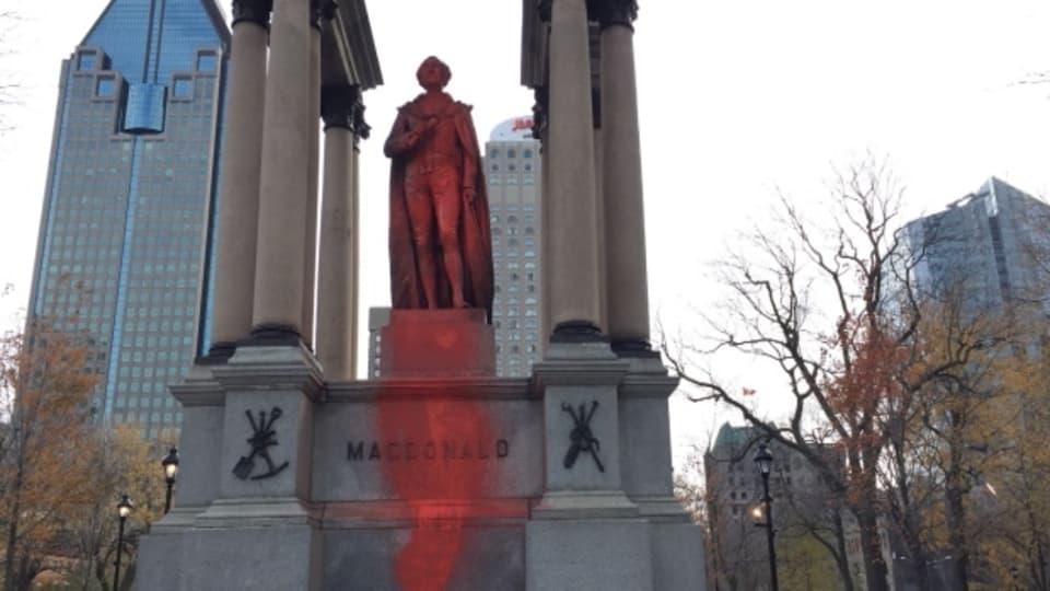 تمثال رئيس الحكومة جون أي ماكدونالد مغطّى بالطلاء الأحمر/CBC/Simon Nakonechny/هيئة الاذاعة الكنديّة