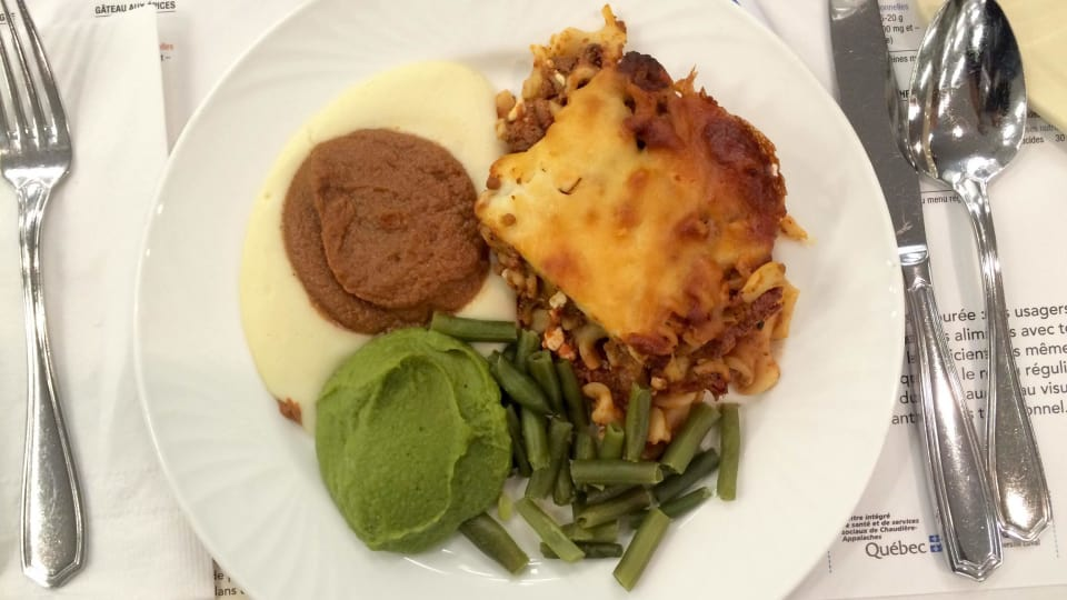 وجبة طعام بنموذج تقليدي وأخرى بجانبها مهروسة/Radio-Canada/Jonathan Lavoie