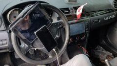 سائق ربط هاتفه الخليوي على مقود السيّارة/ Police de Vancouver