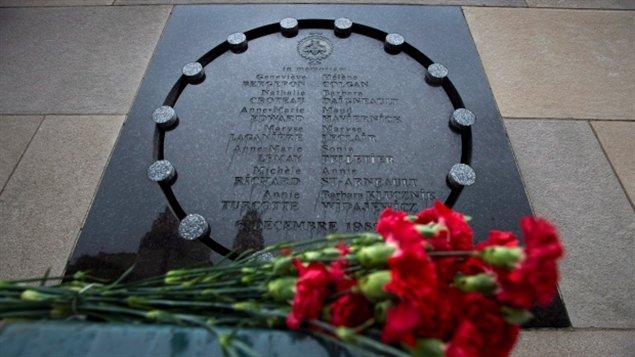 زهور أمام اللوحة التذكاريّة لضحايا معهد بوليتكنيك /Radio Canada