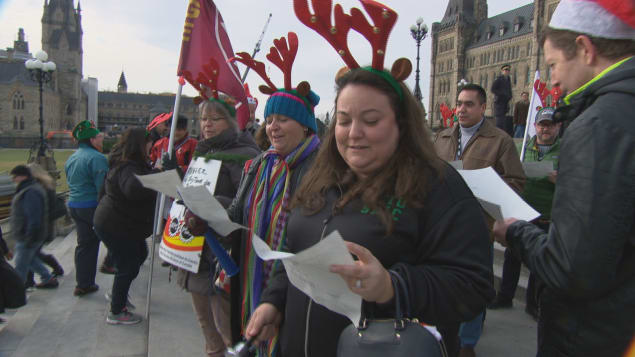 المتظاهرون غنّوا أغنيات الميلاد على هضبة البرلمان/ Radio-Canada