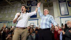 رئيس الحكومة الكنديّة جوستان ترودو (إلى اليسار) والمرشّح االيبرالي الفائز في بريتيش كولومبيا غاودي هوغ/Darryl Dyck/CP