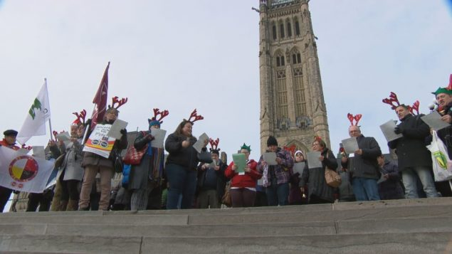 مظاهرة احتجاج على هضبة البرلمان ضدّ نظام دفع الرواتب الالكتروني/Radio-Canada