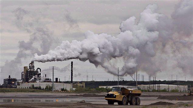 انبعاث الكربون في منشأة نفطية في فورت ماكموري شمال البرتا/CP/Jason Franson