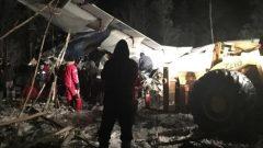 فرق الاسعاف وبعض الأشخاص على مقربة من حطام الطائرة التابعة لشركة ويست ويند/Raymond Sanger