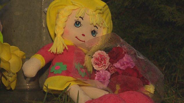 دمية وزهور في موقع وفاة الطفلة السوريّة في ابةتسفورد في الغرب الكندي/: Radio-Canada/Susana da Silva