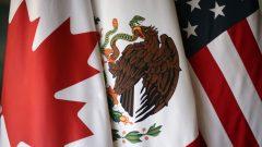 من اليمين: علم الولايات المتّحدة والمكسيك وكندا/Reuters/Edgard Garrido
