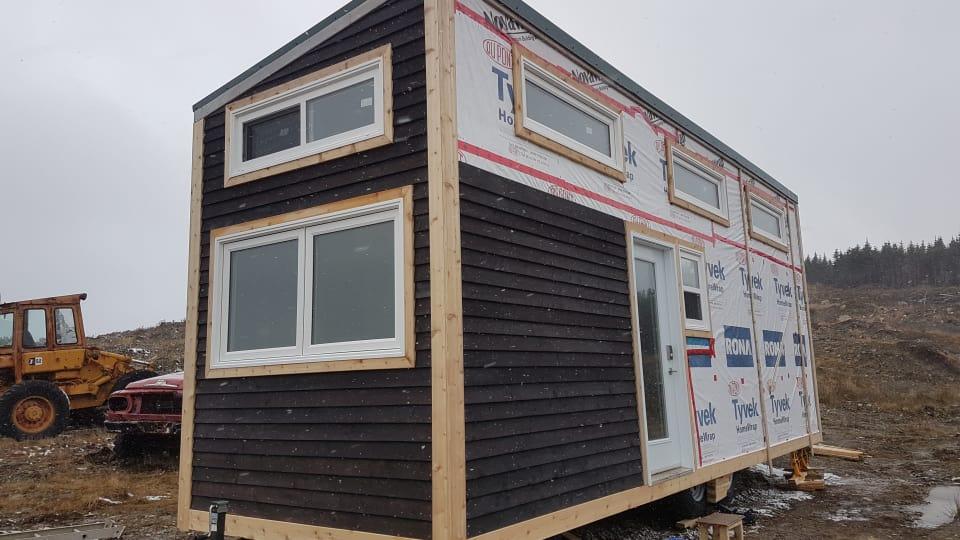 المنزل الصغير قيد البناء الذي لا تتجاوز مساحته 33 مترا مربّعا/Jess Puddister