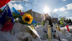 باقات من الزهور أمام المسجد/راديو كندا
