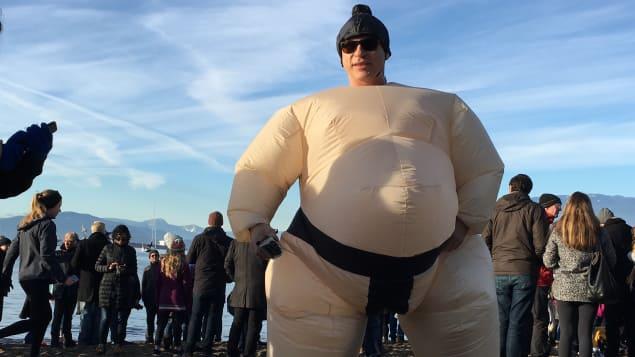 احد المشاركين في سباحة الدبّ القطبي يرتدي زيّا مضحكا كما درجت العادة/CBC/David Horemans/هيئة الاذاعة الكنديّة