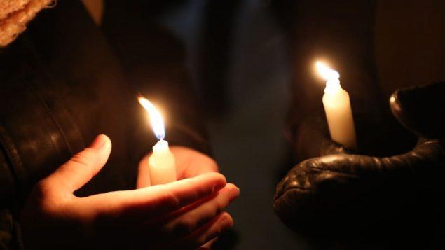 سهرة على ضوء الشموع في موقع الاعتداء على مسجد كيبيك الكبير/Radio-Canada/Maxime Corneau