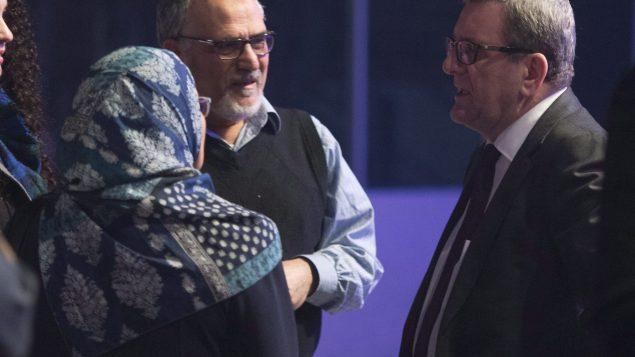 محمّد لعبيدي رئيس المركز الثقافي الاسلامي في كيبيك (إلى اليسار) وعمدة كيبيك ريجيس لابوم في 28-01-2017/ CP/Jacques Boissinot