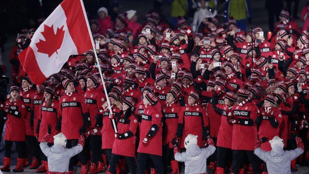 فريق الرياضيّين الكنديّين في حفل افتتاح الألعاب الأولمبيّة في بيونغ تشانغ/THE CANADIAN PRESS/HO-COC, Jason Ransom