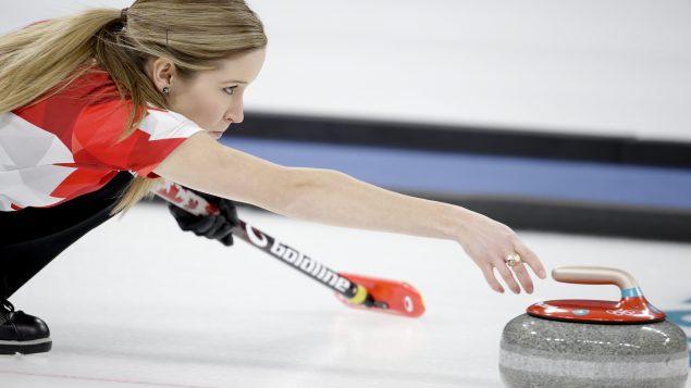 الكنديّة كاتلين لوز خلال مباراة الكيرلينغ/Natacha Pisarenko/AP