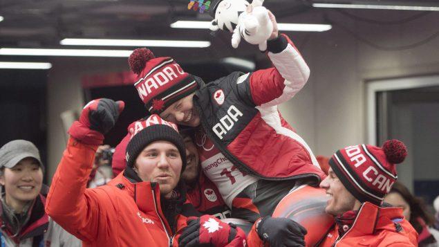 الكنديّة اليكس غاف (في الوسط) تحتفل بفوزها بميداليّة برونزيّة/Jonathan Hayward/CP