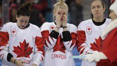 فريق كندا للهوكي للنساء فاز بالميداليّة الفضيّة في بيونغ تشانغ/Julio Cortez/AP