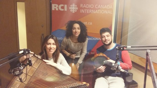 من اليمين: نتانيال هويار ولميا يارد وديدم بشّار في استديو راديو كندا الدولي/ناتانيل هويار