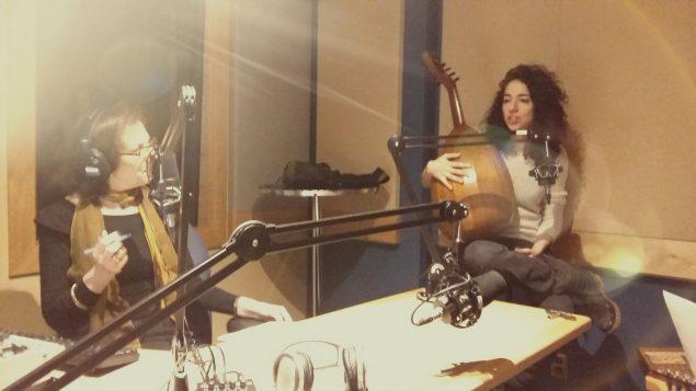 لميا يارد (إلى اليمين) تتحدّث إلى مي أبو صعب في استديو راديو كندا الدولي/ناتانيل هويار