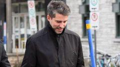 أندره بواكلير يخرج من مركز الشرطة بعد توقيفه/راديو كندا