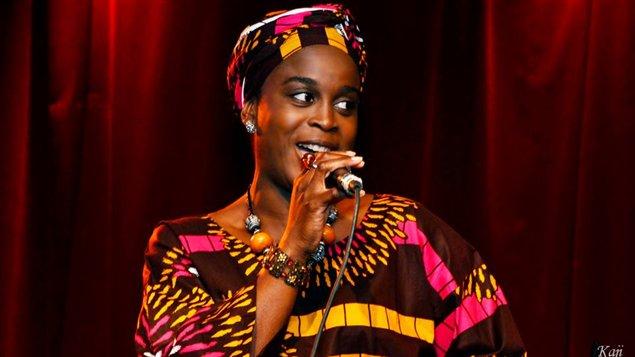 النجمة السمراء Carine Au Micro حقوق الصورة: راديو كندا الدولي
