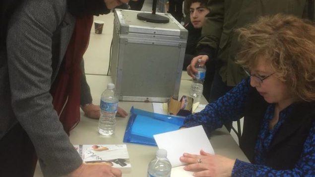 الدكتورة رلى الجردي خلال حفل التوقيع على كتابها في مونتريال/رلى الجردي