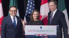 من اليمين: الممثّل التجاري الأميركي روبرت لايتهايزر ووزيرة الخارجيّة الكنديّة كريستيا فريلاند ووزير اقتصاد المكسيك إلديفونسو غواداهاردو فيلاريا في 29-01-2018/Graham Hughes / CP